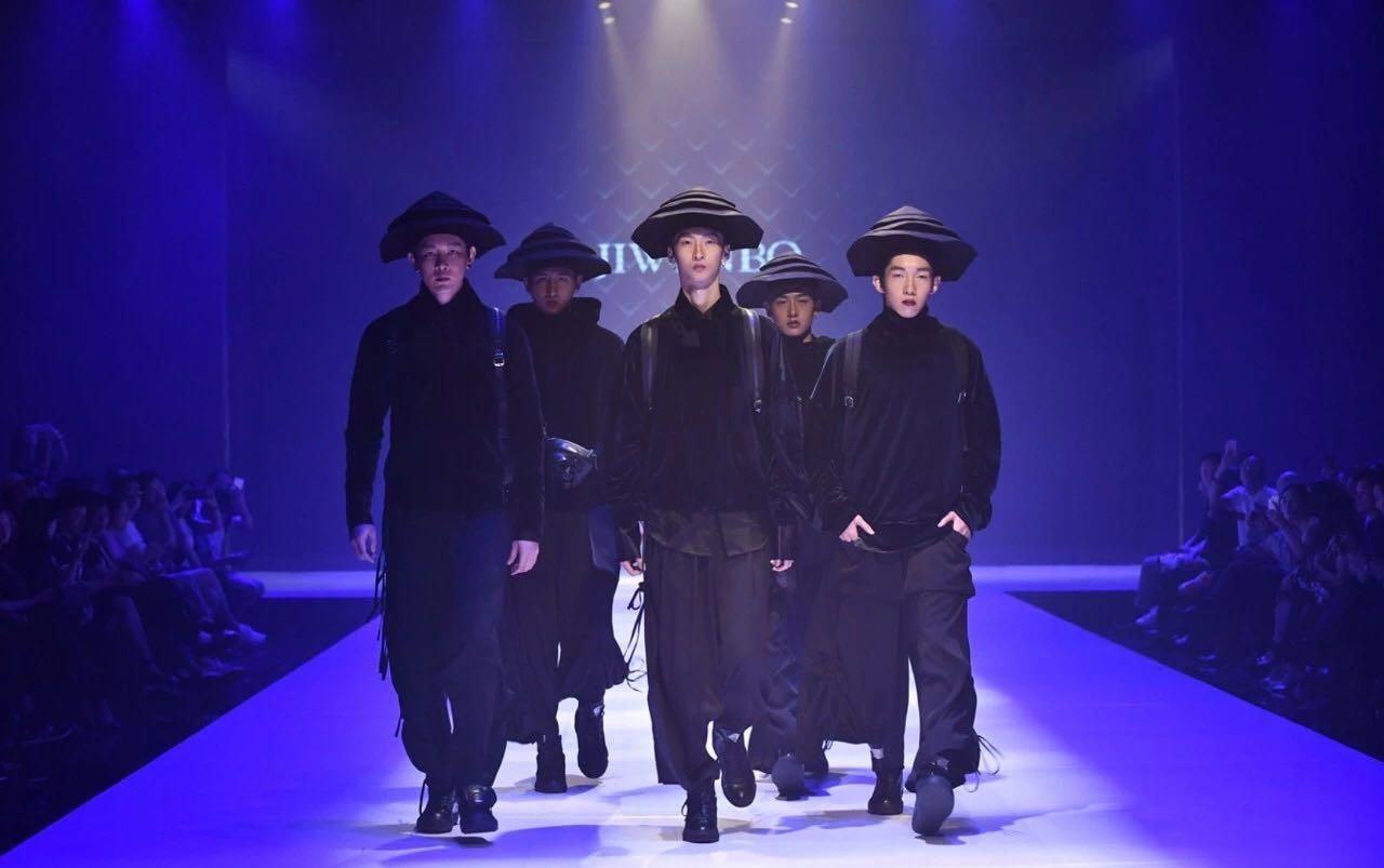"""一位是中国""""金顶奖""""获得者,广东服装设计师协会会长,一位是意大利"""""""