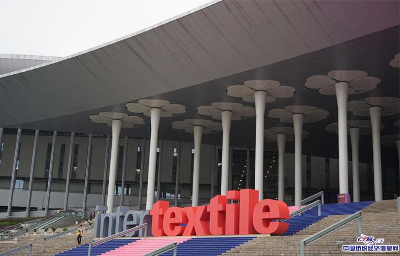 10月11日秋雨绵绵中,小T们抵达展馆,中纺联秋季联展今天正式开幕。