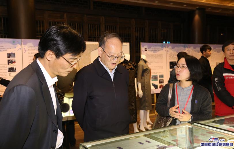 嘉宾领导参观纺织非遗保护与研究成果展