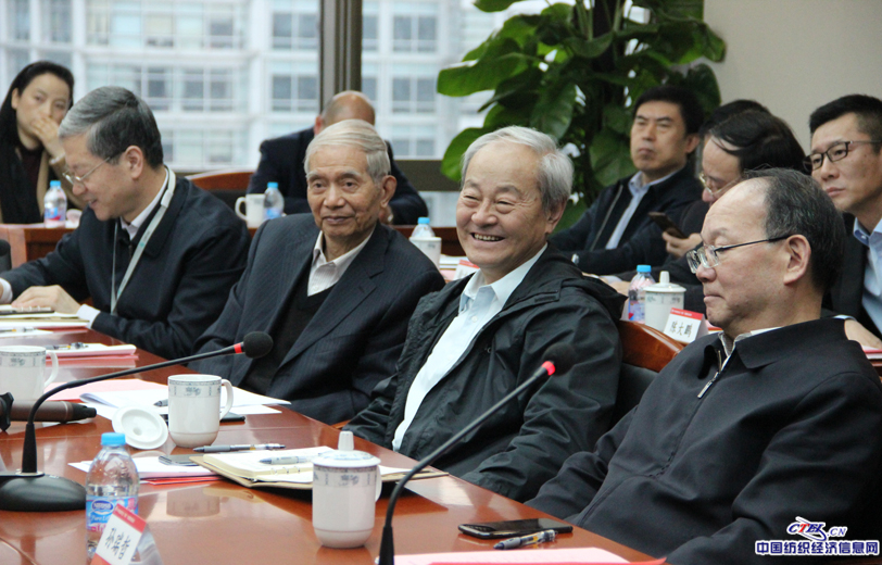 行业老领导听闻企业发展现状露出欣慰笑容