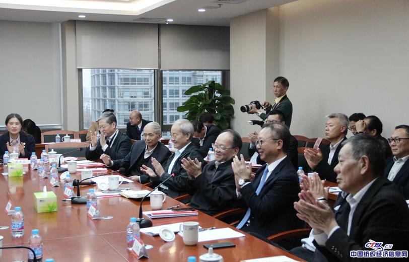 代表委员的发言引发全体鼓掌