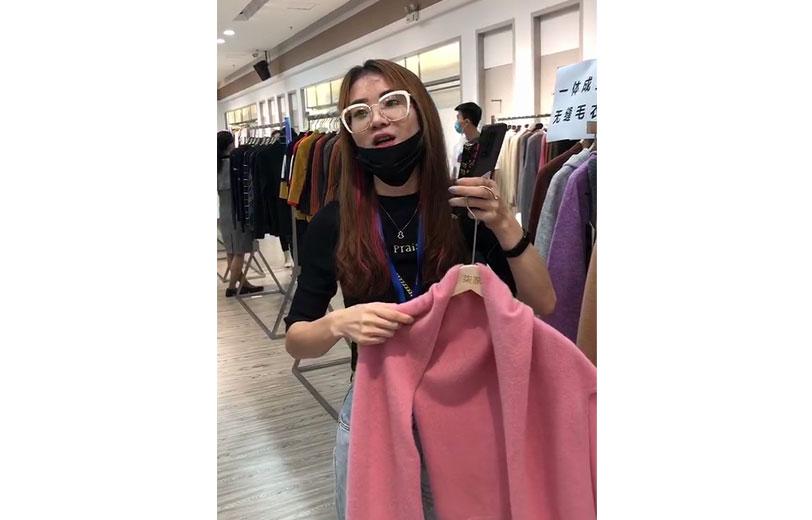 东莞市文乐服装有限公司为国内外知名品牌贴牌加工18年,受疫情影响,今年开始转型做国内市场。在对接会专区,该公司展示的一体成型无缝毛衣受到采购商的认可。